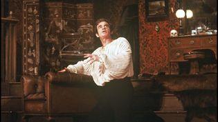"""Jean-Paul Belmondo joue """"Kean"""" au Théâtre Marigny, à Paris, en 1987. (BERTRAND RINDOFF PETROFF / FRENCH SELECT)"""