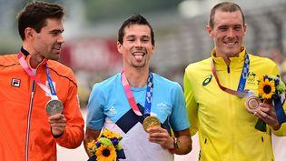 Primoz Roglic (au centre), Tom Dumoulin (à gauche) et Rohan Dennis sur le podium du contre-la-montre. (INA FASSBENDER / AFP)