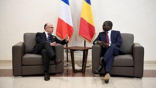 Le Premier ministre français, Bernard Cazeneuve, et son homologuetchadien, Albert Pahimi Padacké,à N'Djaména (Tchad), le 29 décembre 2016. (ALAIN JOCARD / REUTERS)