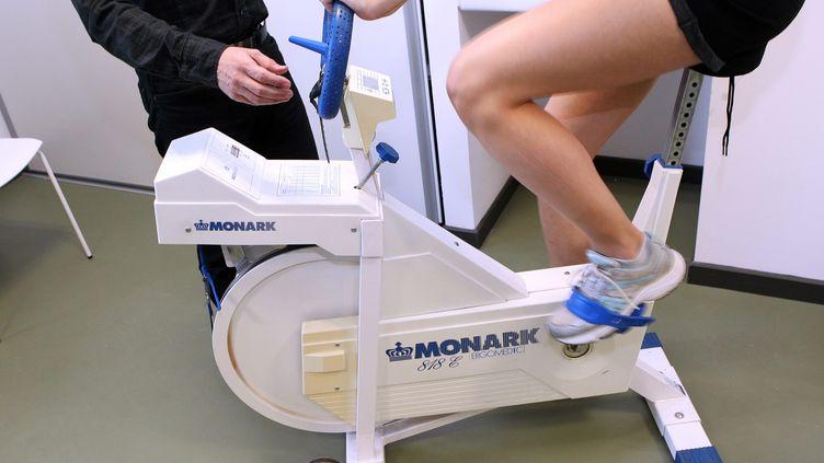 Une patiente passe des tests pour connaître son aptitude au sport. (GUILLAUME BONNEFONT / MAXPPP)