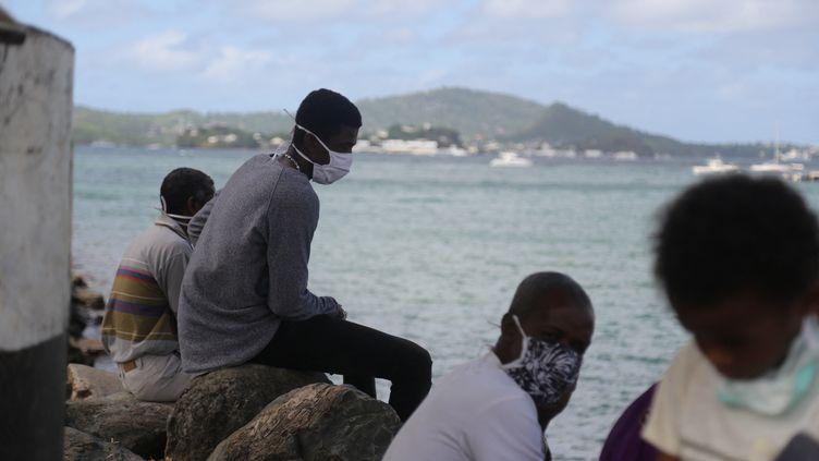 Mayotte était confinée depuis le 5 février 2021. La circulation du virus covid-19 ralentit de façon continue et permet un déconfinement dès lundi 15 mars à 4 heures. Illustration (ALI AL-DAHER / AFP)