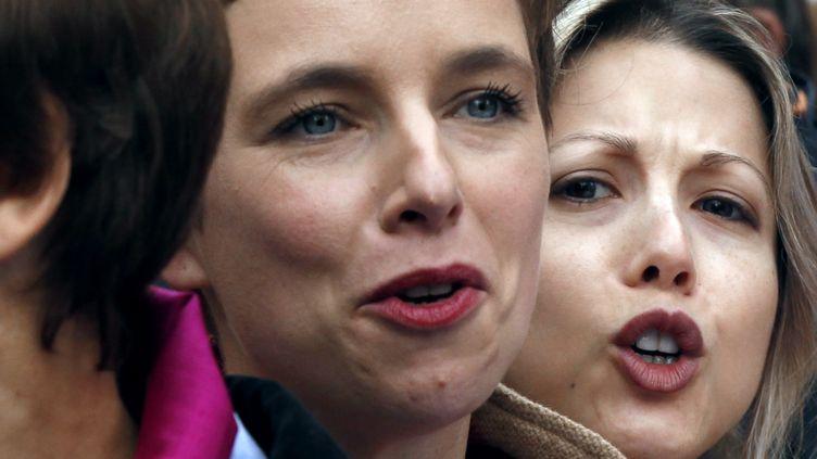 La militante féministe Clémentine Autain (à gauche) et l'écrivaine Tristane Banon participent à une manifestation contre les violences faites aux femmes samedi 5 novembre 2011 à Paris. (FRANCOIS GUILLOT / AFP)