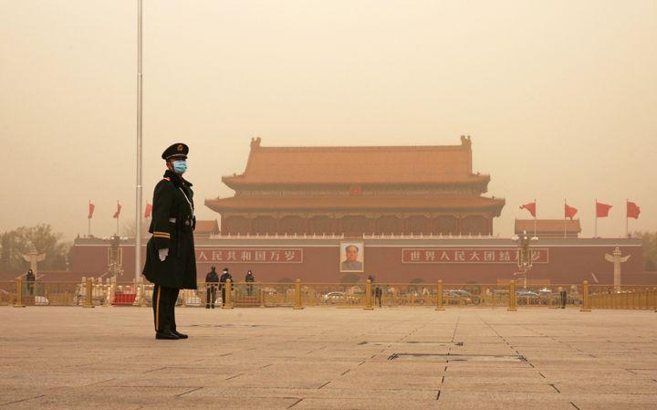 Un militaire sur la placeTiananmen à Pékin, le 15 mars 2021. (KOKI KATAOKA / YOMIURI / AFP)