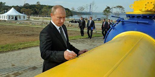Vladimir Poutine laisse sa signature sur un gazoduc à Vladivostok (Extrême-Orient russe), lors de l'inauguration de l'installation le 8 septembre 2011. (Reuters - Alexsey Druginyn - RIA Novosti - Pool)