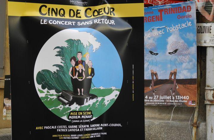 """L'affiche de """"Cinq de coeur"""" dans la rue à Avignon."""