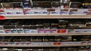 Des rayons de paquets de cigarettes dans un bureau de tabac à Angers (Maine-et-Loire), le 2 mai 2018. (MAXPPP)