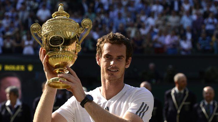 Andy Murray avec le trophée de Wimbledon (ADRIAN DENNIS / AFP)