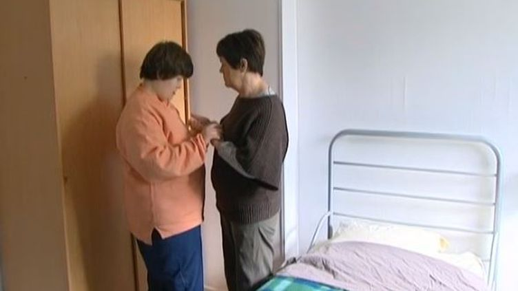 Amélie Loquet et sa mère, Marie-Claire, dans leur maison de l'Isle-Adam, dans le Val-d'Oise, en septembre 2013. (FRANCE 3 )