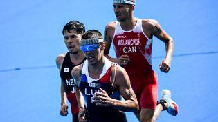 Le Français Vincent Luis en souffrance aux Jeux olympiques de Tokyo, le 26 juillet 2021. (LOIC VENANCE / AFP)