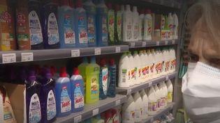 """Comme lenutriscore pour les aliments, un nouvel étiquetage attestera du degré de toxicité d'un produit ménager : c'est le """"toxiscore"""". Cettenouvelle signalétique devrait apparaitre dans les rayons des supermarchés en 2022. (CAPTURE ECRAN FRANCE 3)"""