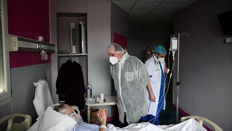 Le Premier ministre Jean Castex lors d'un déplacement dans un hôpital àAulnay-sous-Bois (Seine-Saint-Denis), le 13mars 2021. (MARTIN BUREAU / AFP)