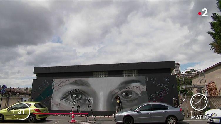 Le regard e Tiphaine Véron sur un mur de Poitiers (France 2)