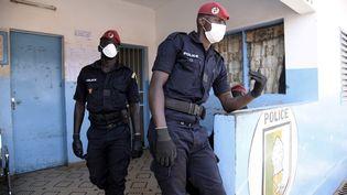 Des policiers portant des masques à Dakar, au Sénégal, le 24 mars 2020. (SEYLLOU / AFP)
