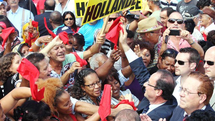 Le candidat socialiste François Hollande en déplacement à Saint-Louis, sur l'île de la Réunion, le 1er avril 2012. (RICHARD BOUHET / AFP)