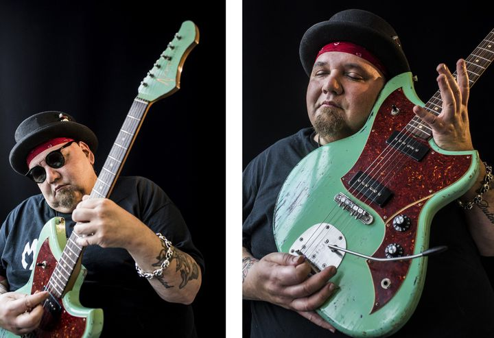 Popa Chubby avec une guitare de marque Novo, modèle Serus J  (Harrison O'Brien)