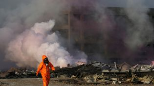 Un pompier sur le site des explosions de Tianjin (Chine), le 13 août 2015. (SHEN BOHAN / XINHUA)