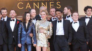 """Coralie Russier (robe courte dorée) avec l'équipe du film """"120 battements par minute"""" à Cannes.  (Jean-Marc Haedrich/SIPA)"""