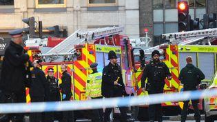Des policiers sur le London Bridge, à Londres, le 29 novembre 2019. (DANIEL SORABJI / AFP)