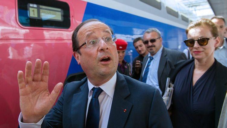 François Hollande et sa compagne Valérie Trierweilerà la gare de Lyon, à Paris, le 2 août 2012. (BERTRAND LANGLOIS / AFP)
