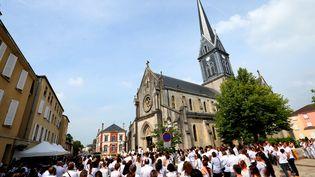 Des personnes habillées en blanc lors des funérailles de Kevin, àMourmelon-le-Grand (Marne), le 8 juin 2018. (FRANCOIS NASCIMBENI / AFP)