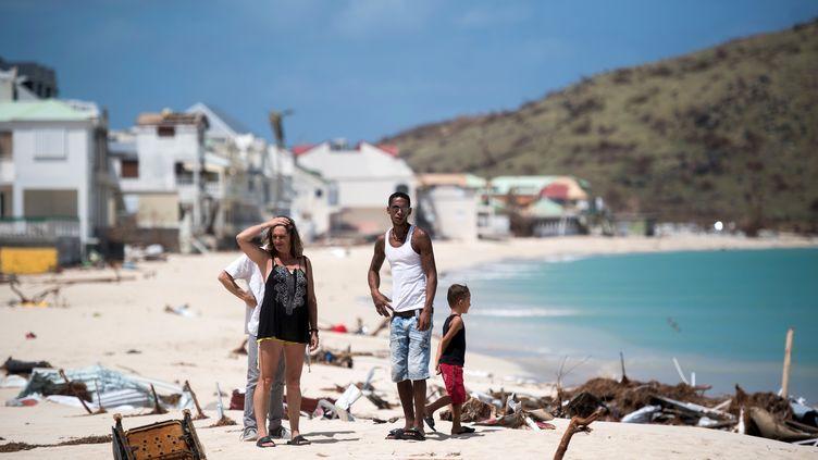 Des habitants de Saint-Martin constatent les dégâts, le 11 septembre, après le passage de l'ouragan Irma. (MARTIN BUREAU / AFP)