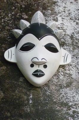 L'œuvre Au fil de l'eau évoque une tradition inspirée d'Afrique centrale : des masques-passeports, chatoyants visages stylisés en céramique qui, avant l'arrivée des Européens, jouaient le rôle de papiers d'identité.  (Odile Morain)