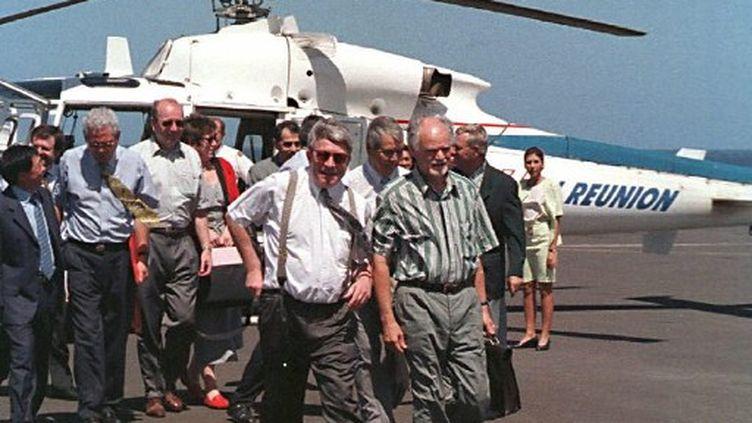 Elie Hoarau avec Jean-Claude Gayssot, ministre (PC) des transports en 1999 (MP / AFP)