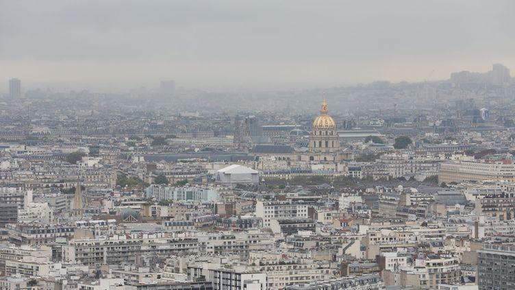 Unépisode de pollution aux particules fines, à Paris, le 19 septembre 2017. (OLIVIER LEJEUNE / MAXPPP)