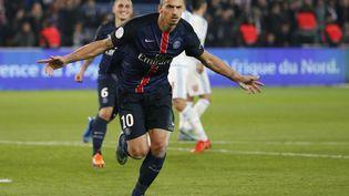 L'attaquant du PSG Zlatan Ibrahimovic fête son but contre l'OM le 4 octobre 2015 au Parc des Princes (Paris). (THOMAS SAMSON / AFP)