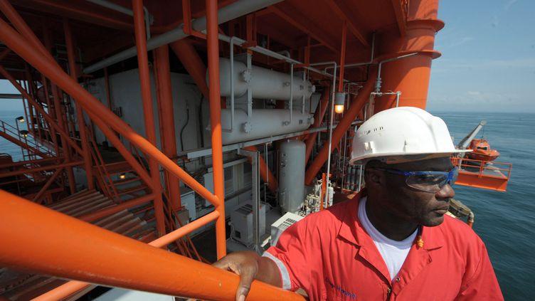 Ingénieur ivoirien sur une plateforme offshore, située à 100 km d'Abidjan en novembre 2009. Un gisement de gaz naturel appelé Foxtrot a été découvert en 1999. (ISSOUF SANOGO / AFP)