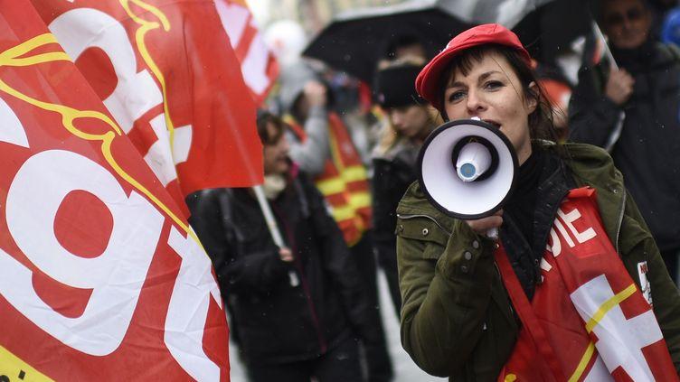 Une manifestante de la CGT, durant la manifestation contre la réforme de la SNCF, le 29 janvier 2015 à Paris (illustration). (MARTIN BUREAU / AFP)