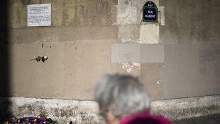 Une plaque commémorative en hommage des victimes des attentants du 13-Novembre 2015 a été inaugurée à Paris, le 13 novembre 2017. (STEPHANE DE SAKUTIN / AFP)