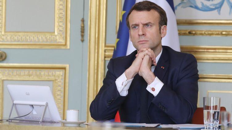 Le président Emmanuel Macron lors d'une vidéoconférence depuis l'Eysée, à Paris, le 19 mars 2020. (LUDOVIC MARIN / AFP)