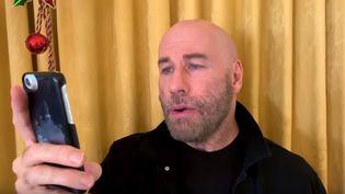 """Flegmatique, l'acteur John Travolta participe au clip fêtant les 25 ans de """"All I Want For Christmas Is You""""... (décembre 2019) (CAPTURE D'ÉCRAN YOUTUBE)"""