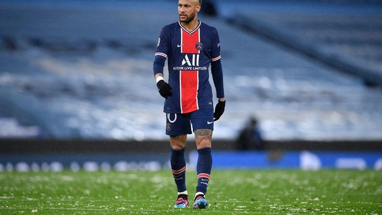 Comme souvent dans les moments critiques, Neymar a préféré tenter defaire la décision seul et ça n'a pas payé. (PAUL ELLIS / AFP)