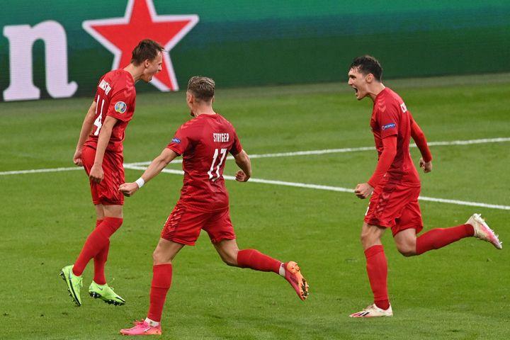 Les Danoiscélèbrent l'ouverture du score de Damsgaard face à l'Angleterre, le 7 juillet à Londres (JUSTIN TALLIS / AFP)
