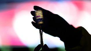 Un soignant prépare une dose du vaccin AstraZeneca à Madrid (Espagne), le 24 mars 2021. (GABRIEL BOUYS / AFP)