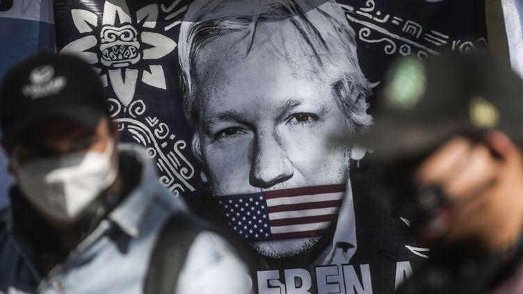 Un drapeau représentant Julian Assange devant l'ambassade britannique de Mexico City, lundi 4 janvier 2021. Photo d'illustration. (PEDRO PARDO / AFP)