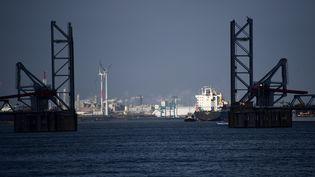 Des bateaux amarrés aux quais du port d'Anvers, le 17 janvier 2018. (EMMANUEL DUNAND / AFP)