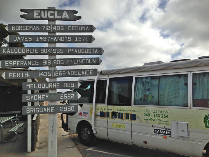 En Australie, les distancessontsouvent à quatre chiffres sur les panneaux ! Le pays est 14 x plus grand que la France. (Photo le Van du livre)