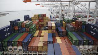 Des conteneurs dans le port du Havre, le19 décembre 2012. (CHARLY TRIBALLEAU / AFP)