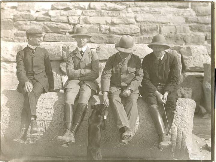De gauche à droite: Georg Möller, Friedrich Zucker, Ludwig Borchardt et Graf Soden sur le site d'Abousir (1907/08). (Musée de Berlin)