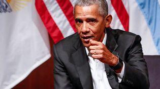 L'ancien président des Etats-Unis, Barack Obama, lors d'une rencontre avec des étudiants à l'université de Chicago (Illinois), le 24 avril 2017. (KAMIL KRZACZYNSKI / AFP)