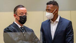 Jérôme Boateng à Munich avec son avocat le 9 septembre 2021 avant son procès pour violences conjugales. (PETER KNEFFEL / DPA / AFP)