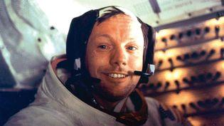"""Dans le module """"Eagle"""" qui le ramène sur la planète bleue, Neil Armstrongse félicite que la mission Apollo 11 ait réussi sans incident. (NASA / AFP)"""