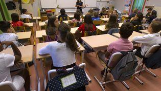 D'après le rapport de l'OCDE, la moyenne de23 élèves par classe de primaire enFrance a compliqué le respect de la distanciation. Photo d'illustration. (GUILLAUME BONNEFONT / MAXPPP)