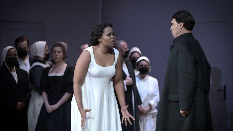 """Pretty Yende (Amina), Francesco Demuro (Elvino) et derrière eux Sandra Hamaoui (Lisa) dans """"La Somnambule"""" de Bellini au Théâtre des Champs-Elysées, ici le 5 juin 2021. (VINCENT PONTET)"""