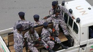La police burundaise patrouillant dans les rues de Bujumbura, le 18 février 2017. (Stringer/AFP)