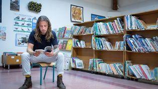 """Le chanteur Julien Doré dans son ancienne école primaire de Lunel (Hérault), avant la sortie de son album """"Aimée"""", le 28 août 2020 (FRED DUGIT / MAXPPP)"""