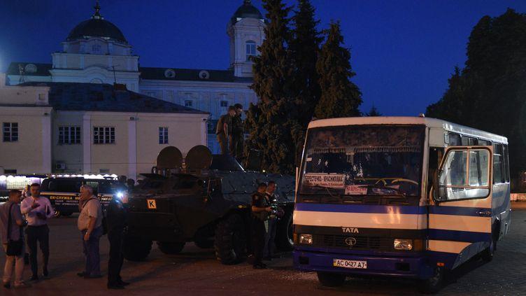 Le bus dans lequel 13 personnes ont été prises en otage, le 21 juillet 2020, à Loutsk (Ukraine). (YURIY DYACHYSHYN / AFP)